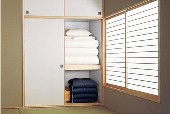 大切な寝具をカビから守る調湿壁材。コップ11杯分の吸湿量